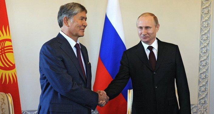Presidente russo Vladimir Putin e presidente quirguiz Almazbek Atambayev