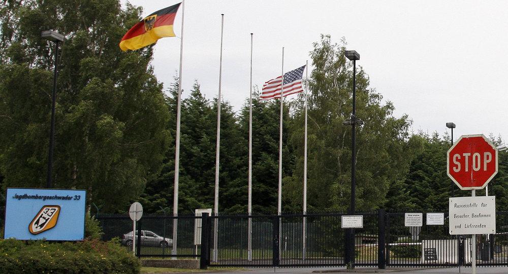 O portão principal da base aérea em Buechel, Alemanha