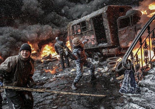 Manifestantes em apoio à integração europeia da Ucrânia em Kiev