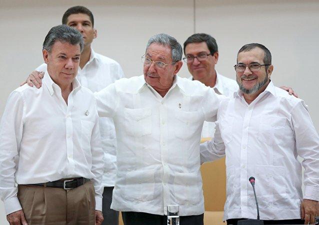 Presidente da Colômbia, Juan Manuel Santos (esquerda), presidente de Cuba, Raul Castro (centro), e líder das FARC, Rodrigo Londoño Echeverri (direita)
