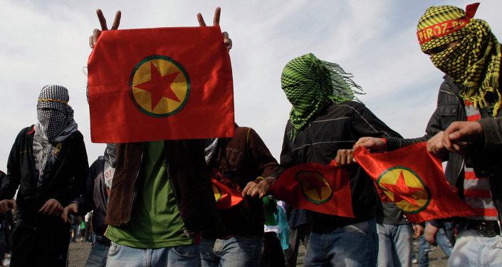 Curdos com bandeiras do PKK (Partido dos Trabalhadores do Curdistão) em Istambul, Turquia