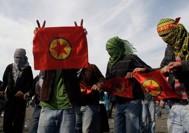 Curdos com bandeiras do PKK em Istambul, Turquia