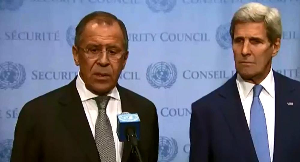 Sergei Lavrov e John Kerry conversam com jornalistas após reunião bilateral na ONU, 30.09.2015