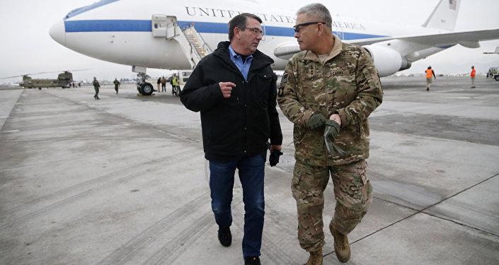 Secretário de Defesa dos EUA Ashton Carter (Esq)