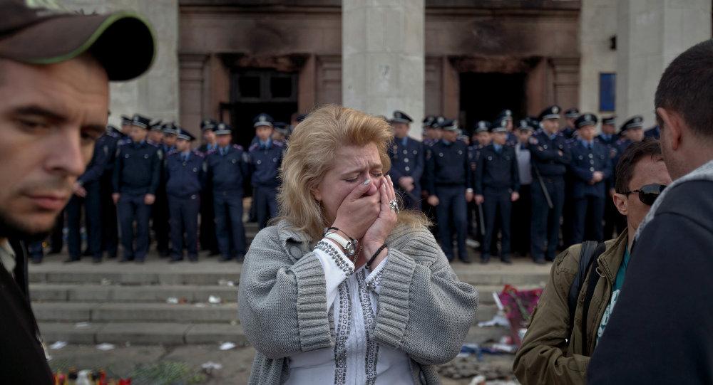 Uma mulher chora em Odessa, na Ucrânia, onde mais de 50 pessoas morreram tentando escapar durante confrontos