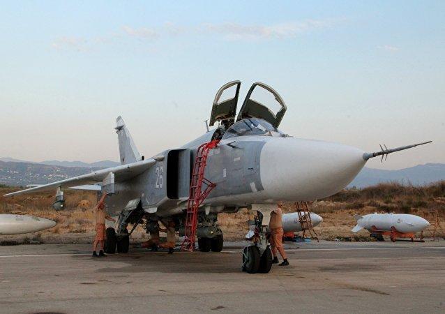 Pessoal técnico militar russo faz manutenção de aviões Su-24 no aeroporto Hmeimim, na Síria
