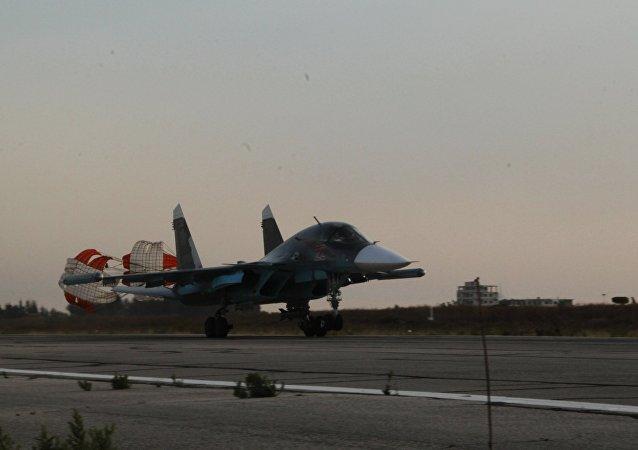 Um Su-34 pousa no aeroporto Hmeimim, na Síria