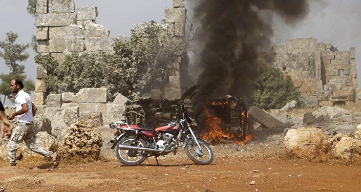 Veículo militam em chamas em base controlada por rebeldes em Idlib, Síria, 1º de outubro de 2015