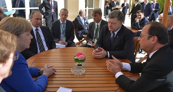 Quarteto da Normandia em mesa redonda com Angela Merkel, Vladimir Putin, Pyotr Poroshenko e Francois Hollande