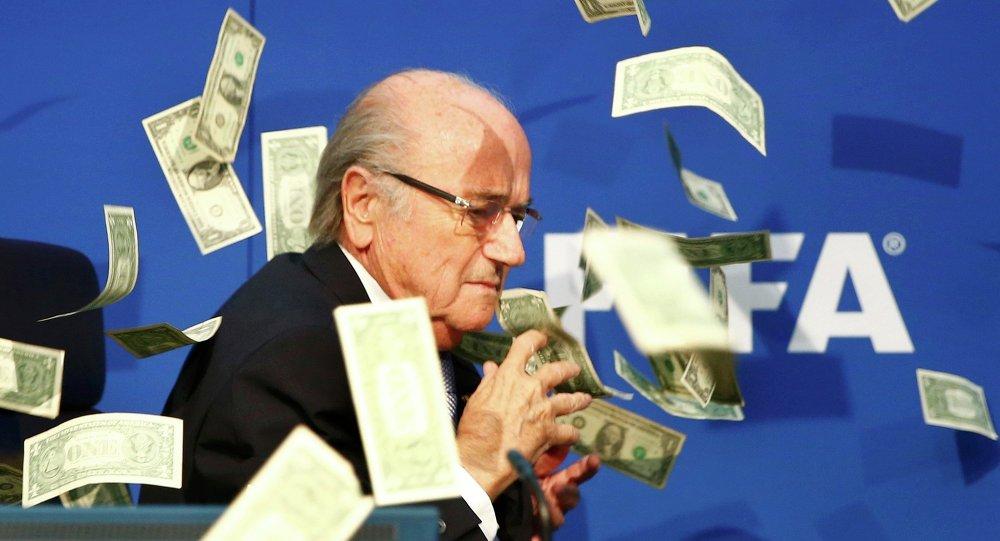 Notas são atiradas sobre o ex-presidente da FIFA, Joseph S. Blatter