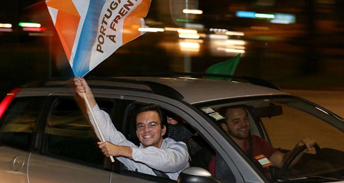 Partidários da coligação Portugal à Frente comemoram a vitória nas eleições do país;
