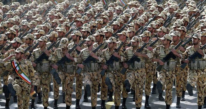 Soldados iranianos marcham durante parada militar em Teerã (arquivo)