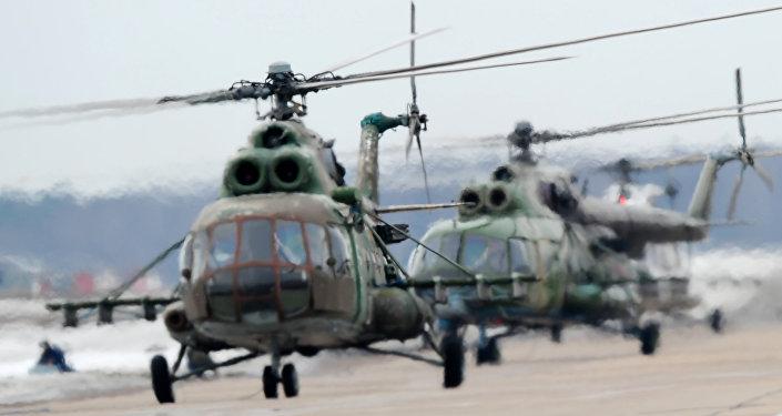 Helicópteros Mi-8MTV durante o treinamento antes da Parada da Vitória de 2015