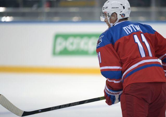 Presidente da Rússia, Vladimir Putin, participa de um jogo de hóquei no gelo