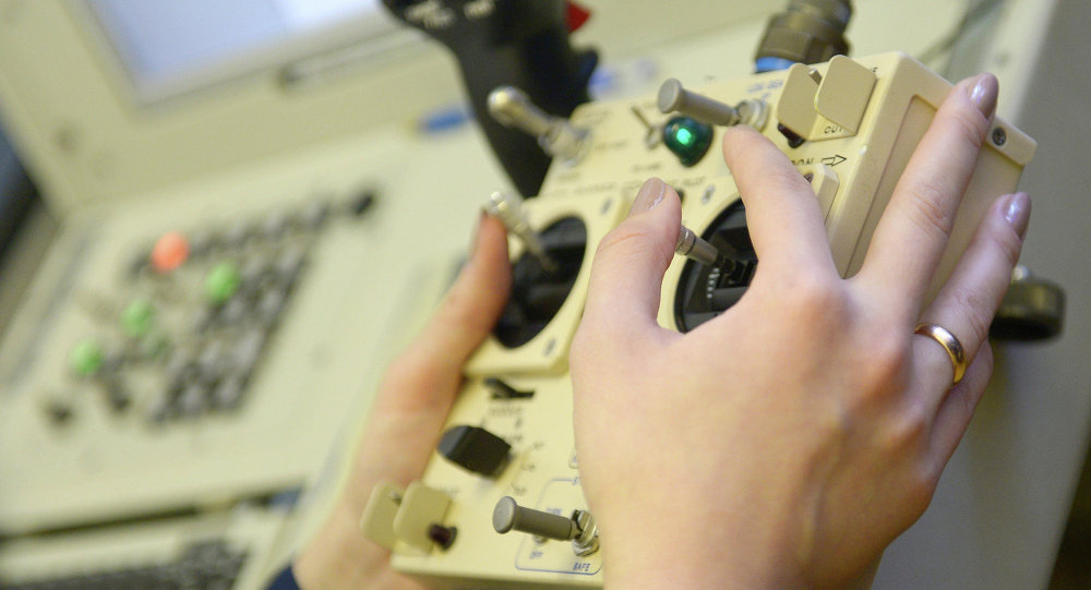 Instrutora do Ministério da Defesa russo manuseia controle de um drone