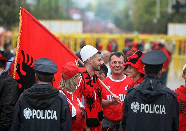 Forças policiais albanesas guargam espaço em frente do estádio de Elbasan, Albânia, 8 de outubro de 2015