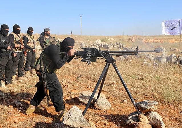 Rebeldes do Primeiro Batalhão sob o grupo de oposição Exército Livre da Síria participam de treinamento militar em 10 de junho de 2015, nos arredores de Aleppo.