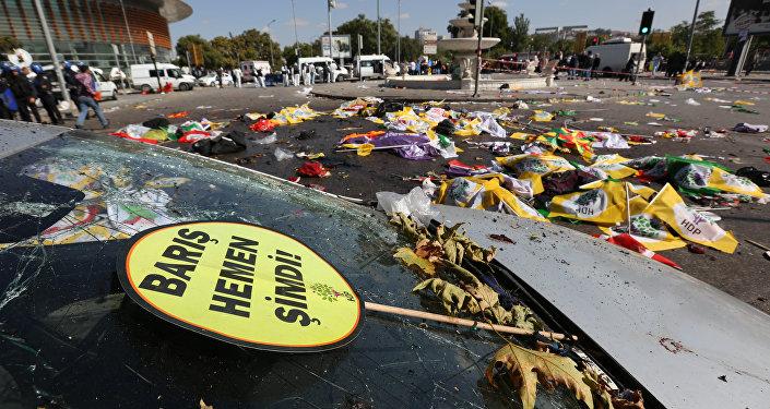 Cartaz em turco diz paz imediatamente agora no local de uma explosão em Ancara, Turquia