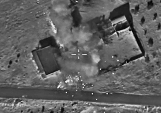 As aeronaves das Forças Aeroespaciais russas atacam as posições do grupo terrorista Estado Islâmico na Síria. Depois do impacto direto da bomba foi destruído material bélico dos terroristas.