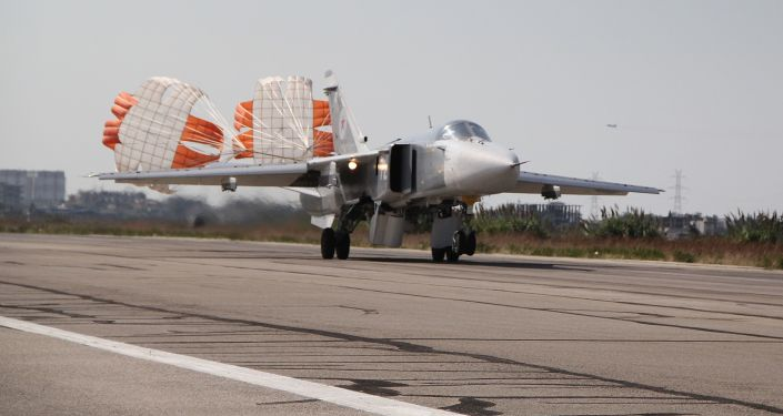 Caça russo Su-24 aterrissa na base aérea de Khmeimim na Síria.