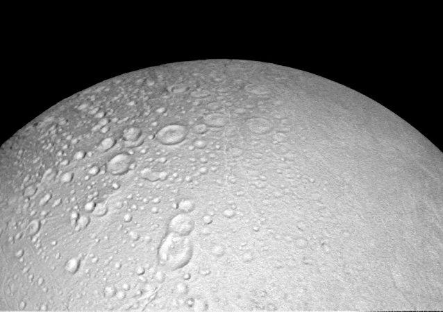 Superfície do polo norte de Encélado com um boneco de neve que acena com a mão, satélite de Saturno