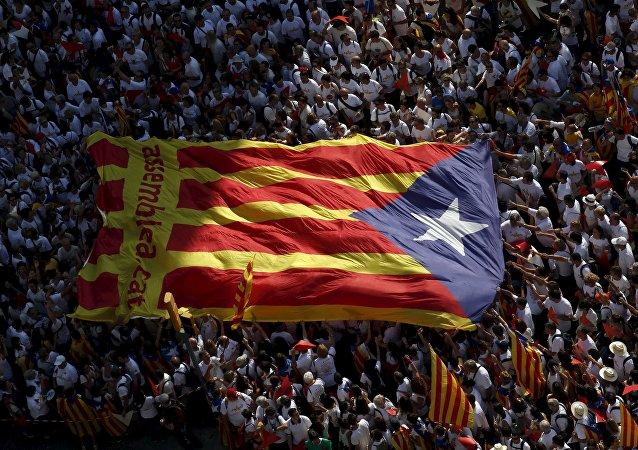 Apoiantes da independência da Catalunha durante a demonstração no Dia Nacional de Catalunha, Barcelona, Espanha, 11 de setembro de 2015
