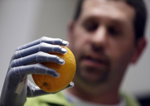 Prótese coberto de pele artificial que pode detectar pressão e lançar um sinal sensorial para o cérebro
