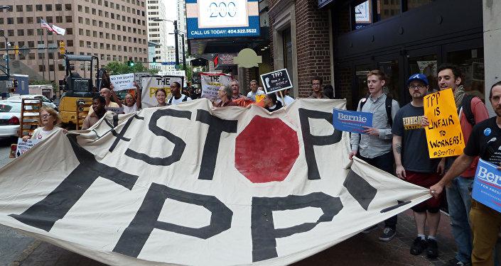 Manifestação contra o acordo de Parceria Econômica Estratégica Trans-Pacífico (TPP), Geórgia, EUA, 1 de outubro de 2015