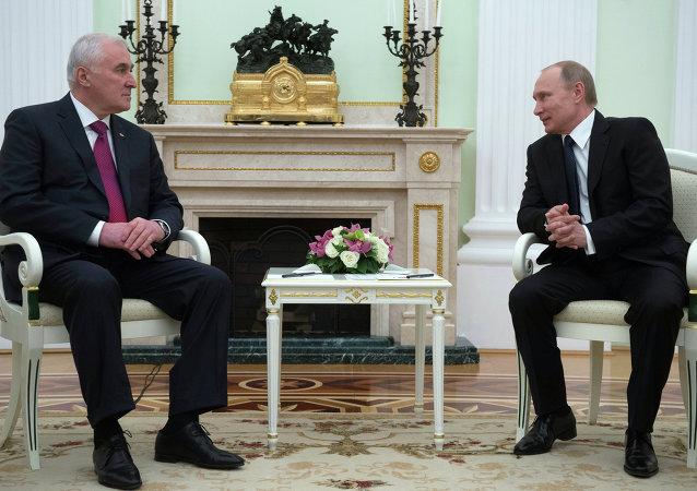 Presidente da Ossétia do Sul Leonid Tibilov e o presidente da Rússia Vladimir Putin durante a reunião em Kremlin, Moscou