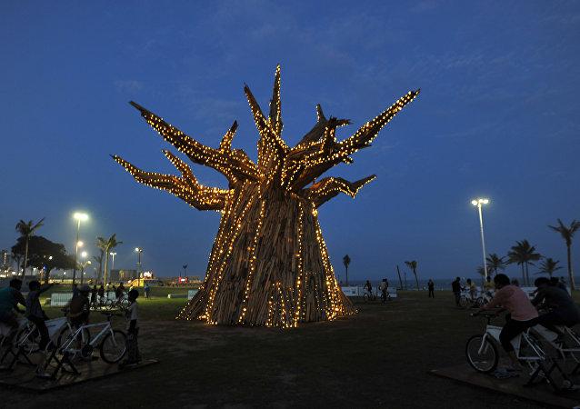 Sul-africanos estão gerando energia para acender luzes em imbondeiro em Durban durante a Conferência do Clima, 30 de novembro de 2011