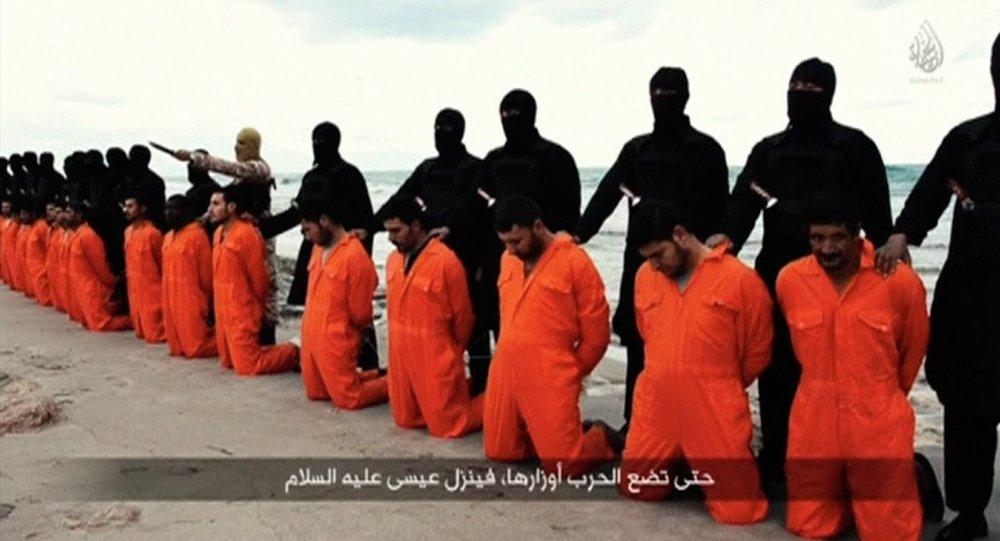 Cristãos egípcios e carrascos do Estado Islâmico antes duma execução, 15 de fevereiro de 2015