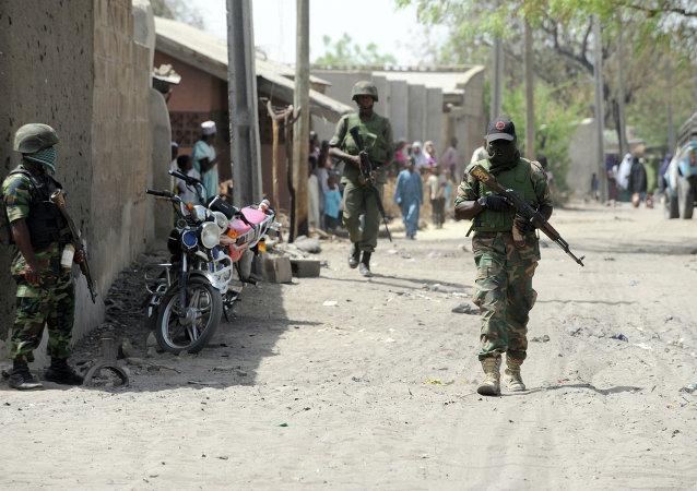 Soldados nigerianos em uma remota cidade no estado de Borno, nordeste do país.
