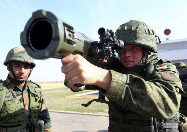 Soldados russos e indianos durante os exercícios conjuntos antiterroristas Indra-2014