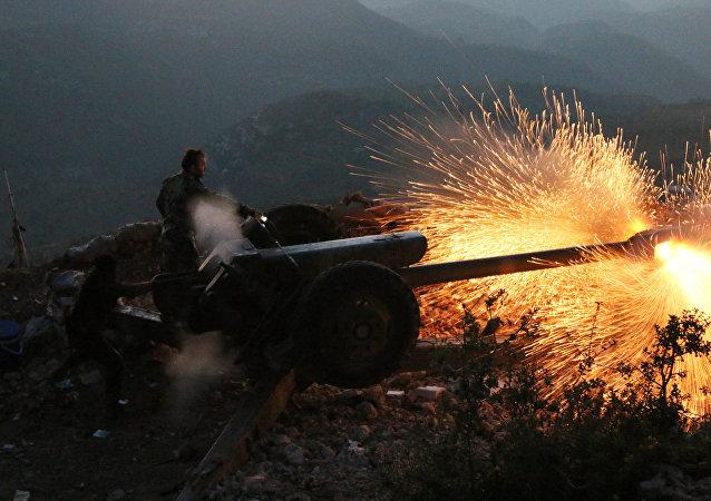 Nesta foto tirada em 10 de outubro, 2015, o exército sírio combate na província de Latakia (Síria)