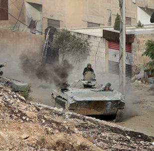 Tanques do Exército Sírio patrulham ruas de Harasta (arquivo)