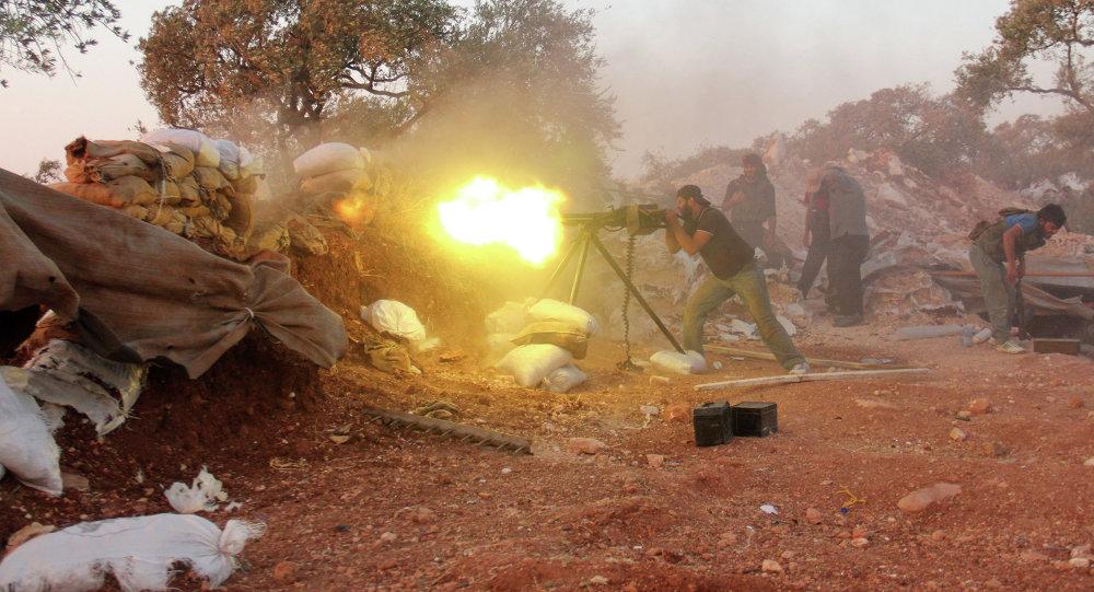 Combatente rebelde dispara artilharia nos arredores da província de Idlib, na Síria