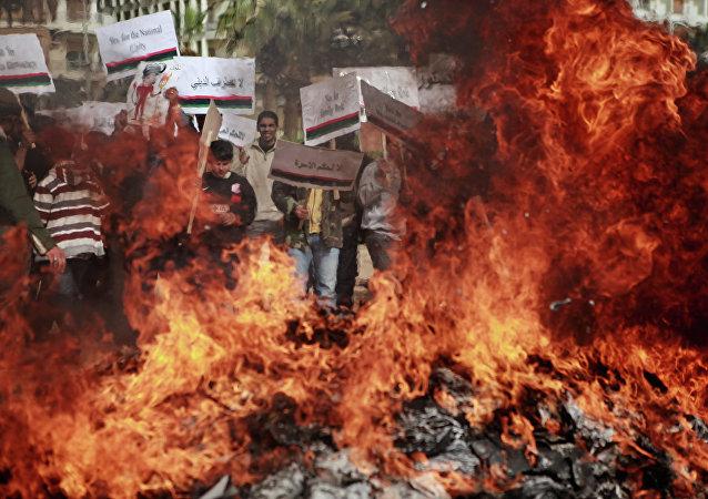 Manifestantes queimam retratos de Muammar Khaddafi em Benghazi