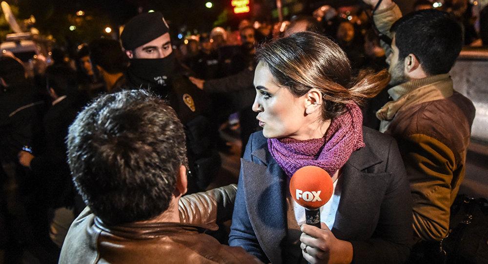 Batalhão especial da polícia turca empurra uma jornalista para fora da sede do jornal Bugun e do canal de televisão Kanalturk, em 28 de outubro, dia de uma manifestação contra o governo em Istambul