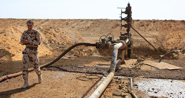 Apesar de uma grande parte da rede petrolífera síria estar nas mãos do Daesh, há instalações que acabam por voltar ao controle legítimo. Esta foto mostra um integrante das forças sírias perto de poço de petróleo nos arredores de Palmira.
