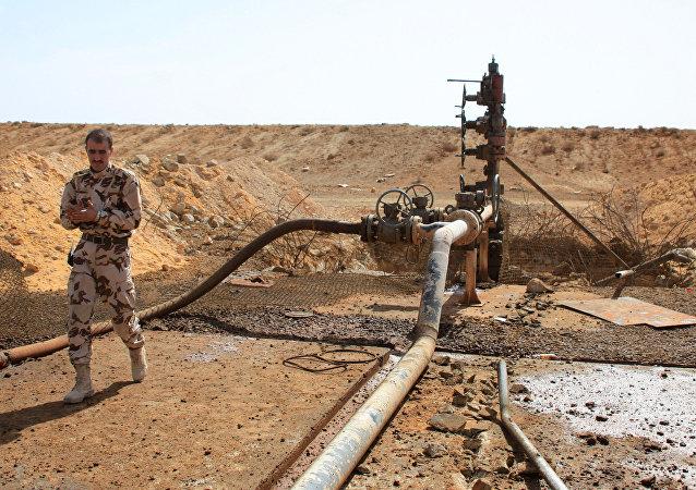 Integrantes das forças sírias perto de poço de petróleo nos arredores de Palmira