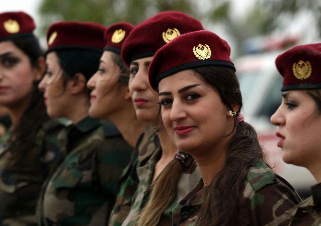 Mulheres curdas combatentes de peshmerga marcham durante uma sessão de treinamento conduzido por instrutores militares alemães em Arbil, a capital da região autônoma curda no norte do Iraque.