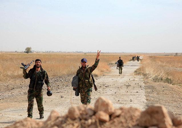 Militares sírios comemoram mais uma vitória sobre os terroristas em Aleppo.