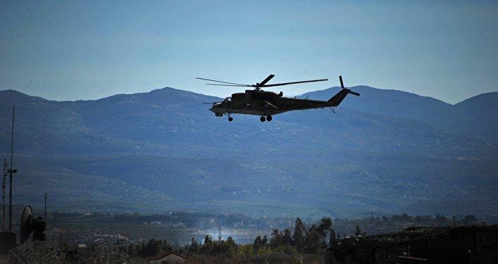 Um helicóptero Mi-24 russo patrulha a base aérea russa Hmeymim na Síria