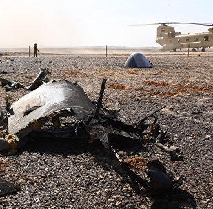 Helicóptero militar egípcio aterrissa perto do local da queda do A321
