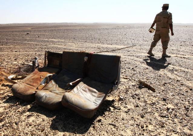 Assentos dos passageiros no local da queda da aeronave russa Airbus A321 no Egito