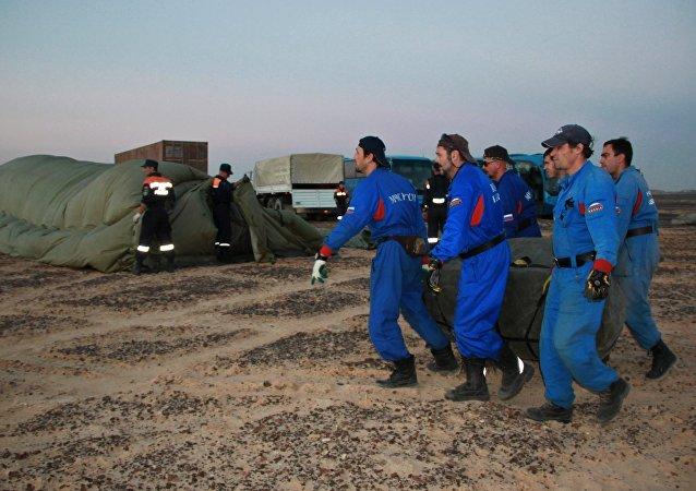 Socorristas no local da queda do avião russo, no Egito