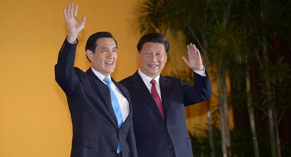 O presidente chinês Xi Jinping e chefe de Taiwan Ma Ying-jeou antes da reunião no hotel Shangrila em Singapura em 7 de novembro, 2015
