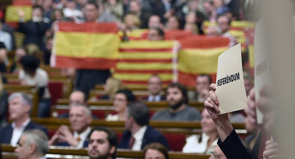 Bandeiras da Espanha e Catalunha durante a sessão da Generalitat em 9 de novembro