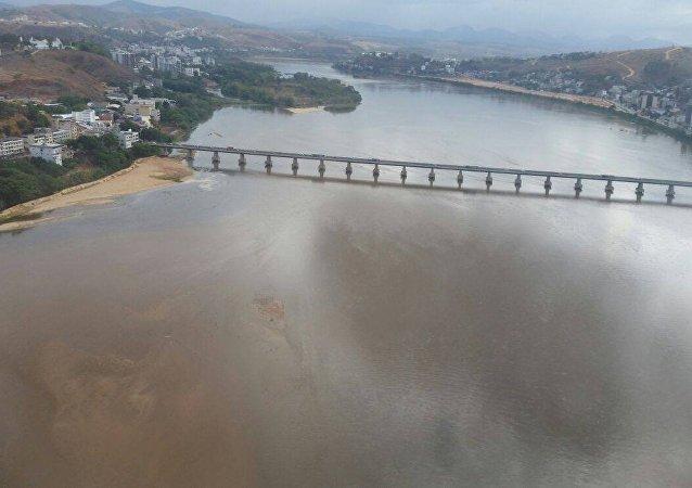Água do Rio Doce fica mais escura e indica que lama está perto do ES