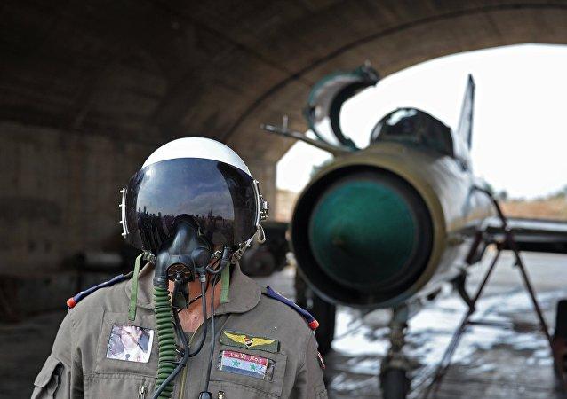 Piloto sírio na base aérea de Hama na Síria